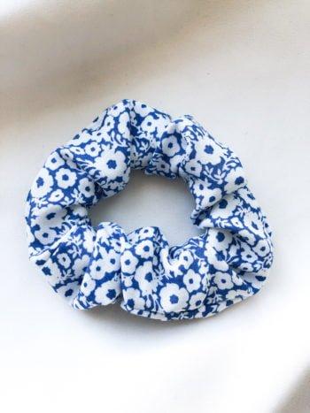 Niebiesko-biała scrunchie w drobne kwiatki 1